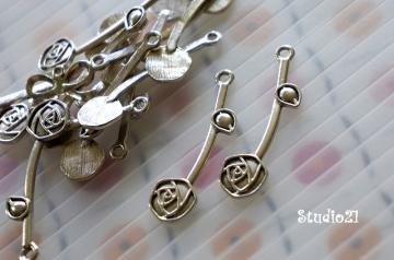 20 pcs of Antique Silver Finish Flower Charm/Pendant (PEN-S26)