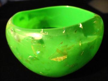 VINTAGE 80s WIDE Emerald green Translucent bangle bracelet with Gold tone flecks Confetti